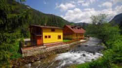 Pohľad spoza potoku Demänovka